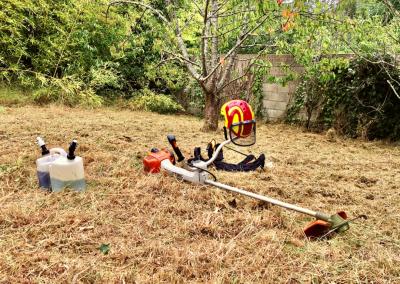 Débroussaillage d'une maison secondaire en Vendée grâce au service à la personne.