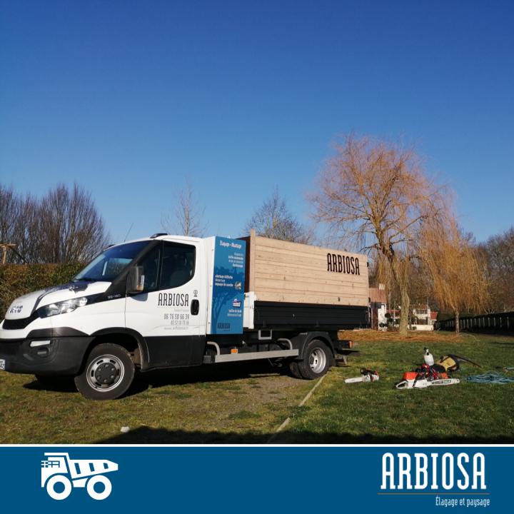 Le camion de la société Arbiosa sur un chantier à Saint Colomban.