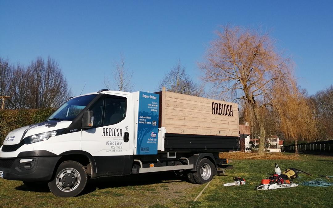 Le véhicule de la société ARBIOSA est spécialement adapté à l'élagage